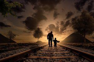 adulto accompagna il bambino