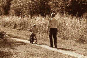nonno e nipote, tempo libero, passeggiata in bici