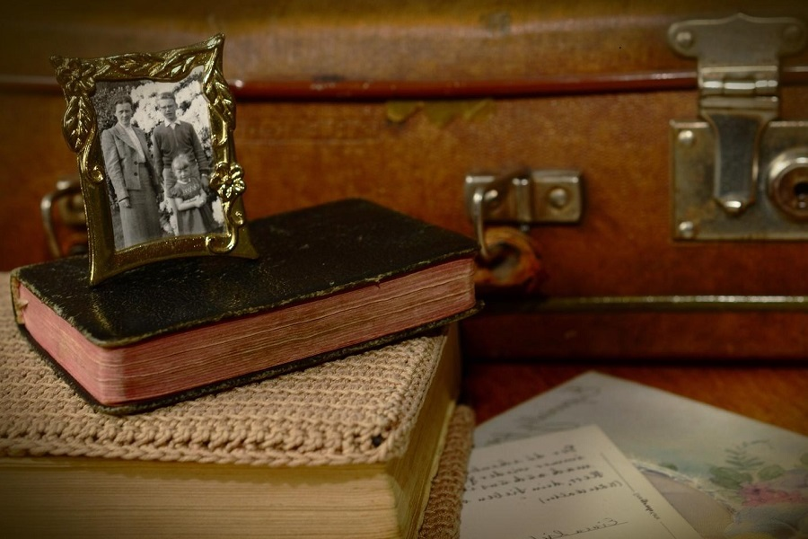 valigia, libri e foto vecchi