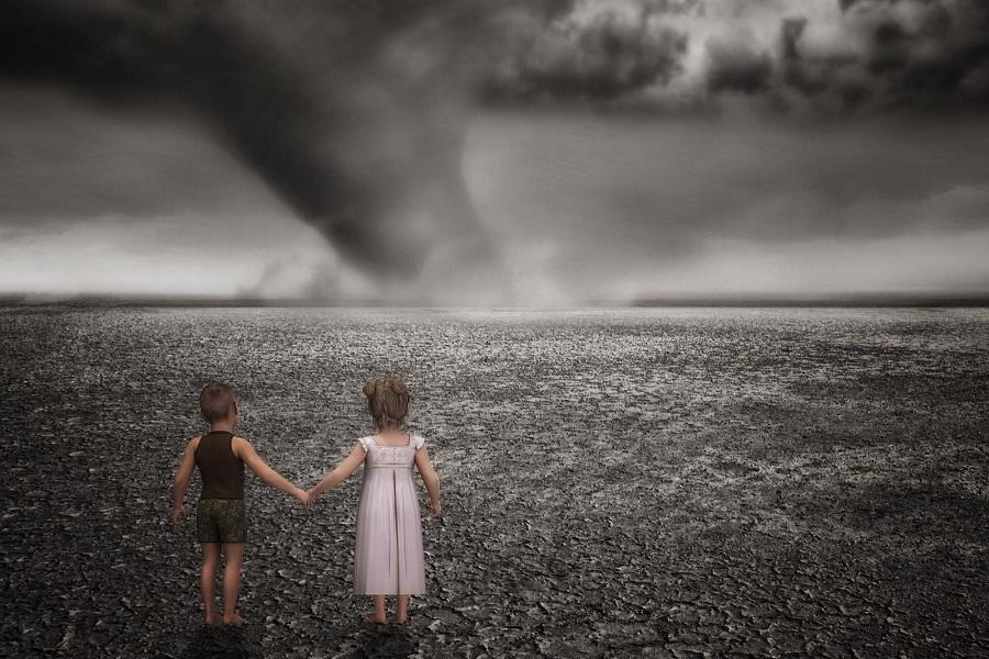 bambini guardano uragano
